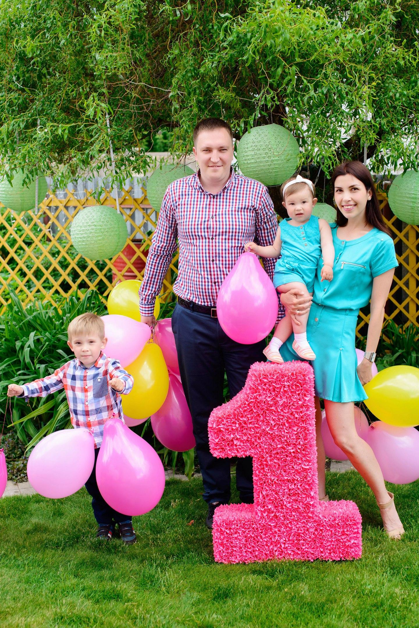 Семья с цифрой из бумаги