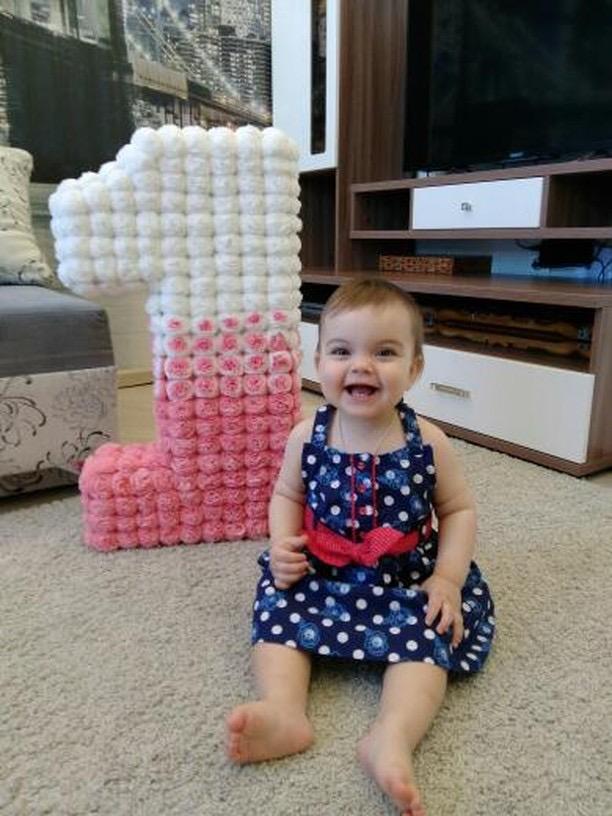 Ребенок и цифра из салфеток