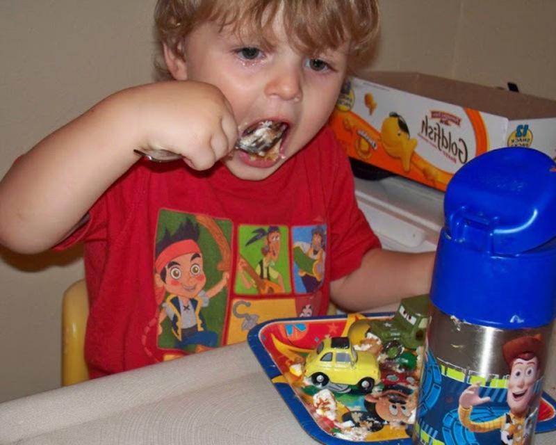 мальчик ест торт