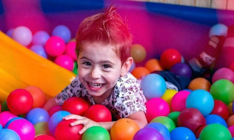 Мальчик в шариках